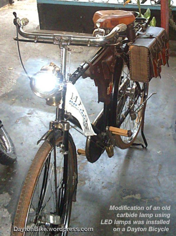 Contoh modifikasi lampu depan model karbit yang telah dipasangi lampu LED pada sepeda onthel Dayton