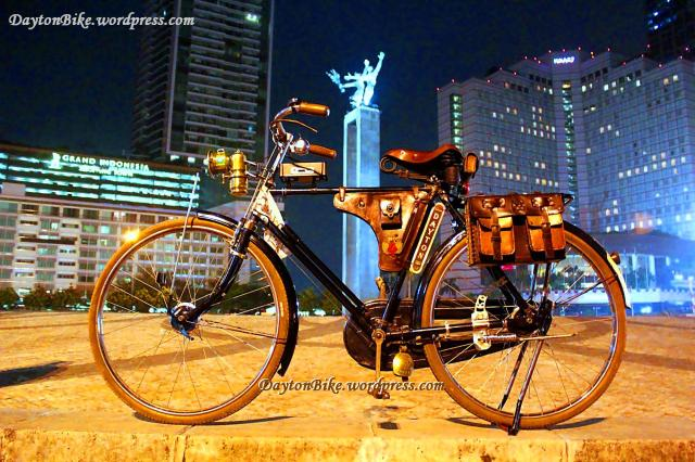sepeda onthel dayton - Hotel Indonesia, Jakarta - 24 Aug 2012