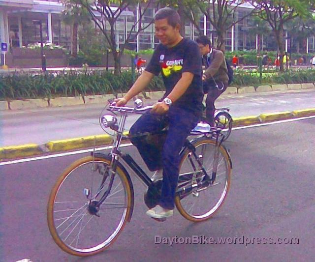 om eu naik sepeda onthel