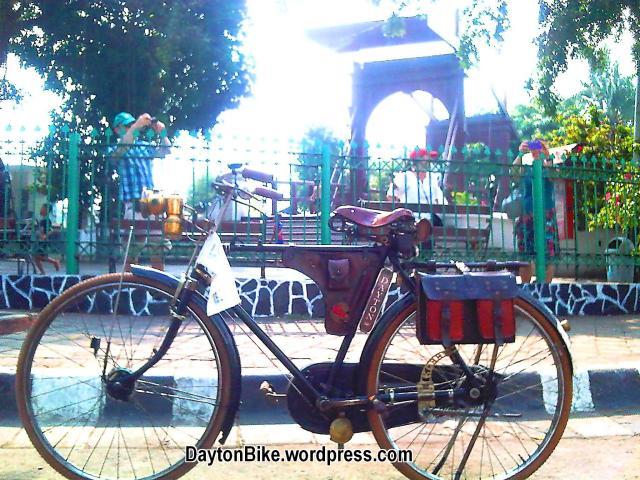 Dayton bike bicycle sepeda onthel kota tua di depan Amsterdam Gate